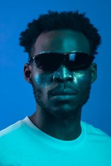 African american man z malowaniem twarzy na sobie okulary przeciwsłoneczne