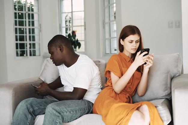 African american mężczyzna i biała kobieta para z telefonami, kłótnia rodzinna