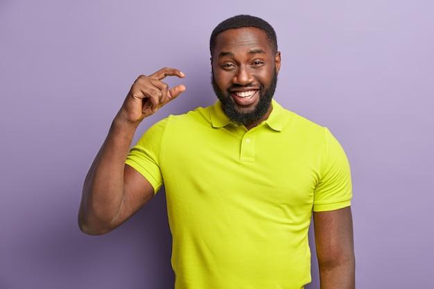 African american mężczyzna w żółtej koszulce