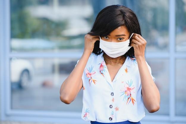 African american młoda wolontariuszka noszenie maski na zewnątrz