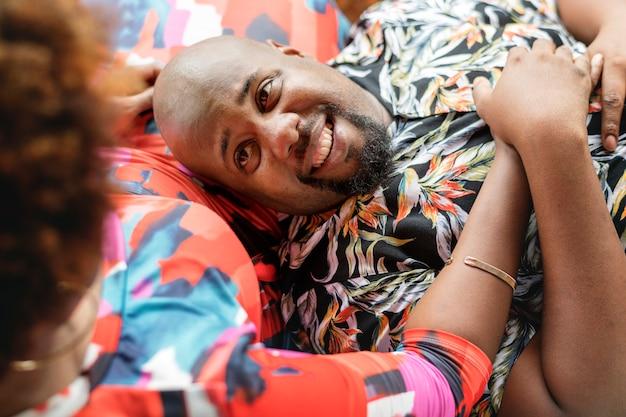 African american para relaks na łóżku