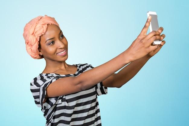 African american woman z telefonem komórkowym