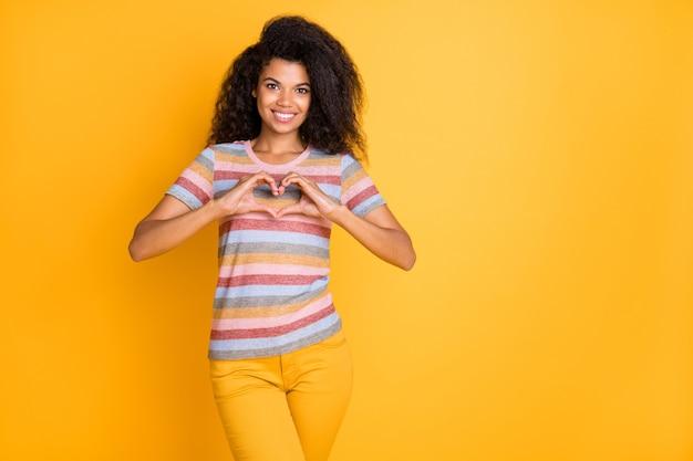 Afro american girl pokazano znak serca palcami