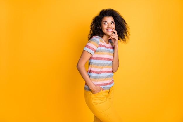 Afro american girl ugryźć paznokci myślenia spojrzeć