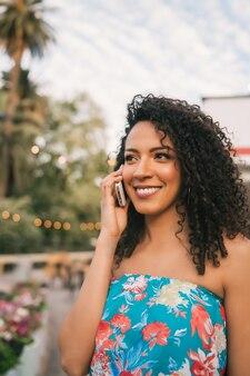 Afro american łacińska kobieta rozmawia przez telefon