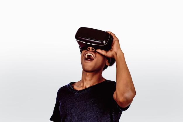 Afro amerykanin doświadczający wirtualnej rzeczywistości.