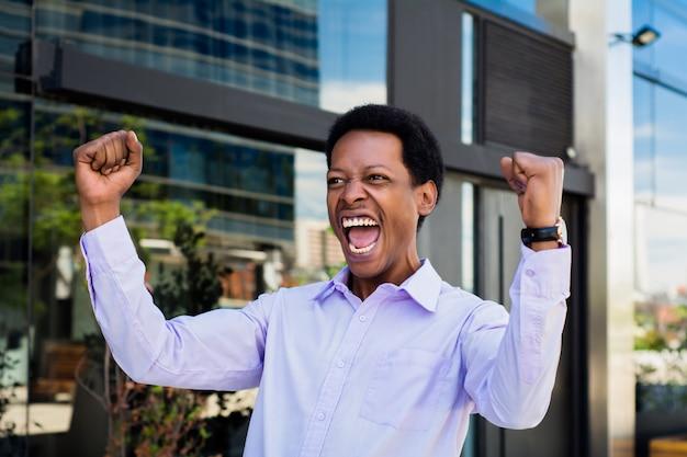 Afro amerykanin świętuje sukces.