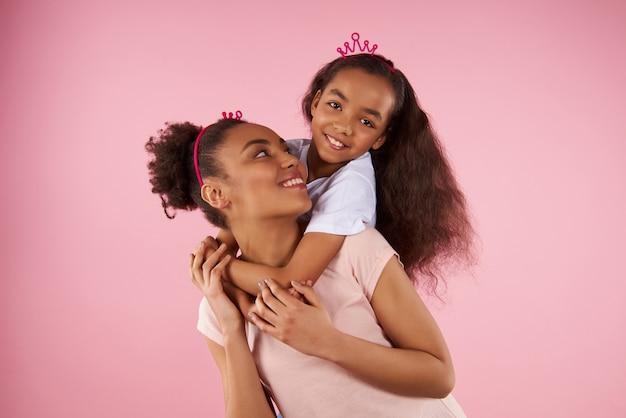 Afro amerykańska córka na przejażdżce piggy back