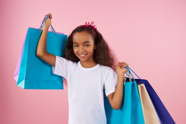 Afro-amerykańska dziewczyna w pozorowanej koronie trzyma papier