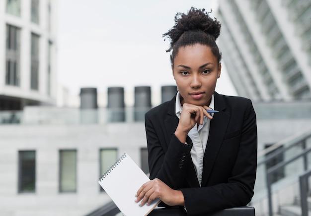 Afro amerykańska kobieta pozowanie