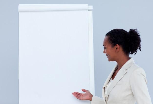Afro-amerykański bizneswoman daje prezentaci