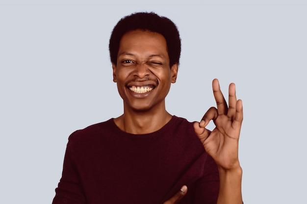 Afro amerykański człowiek pokazuje porządku gest