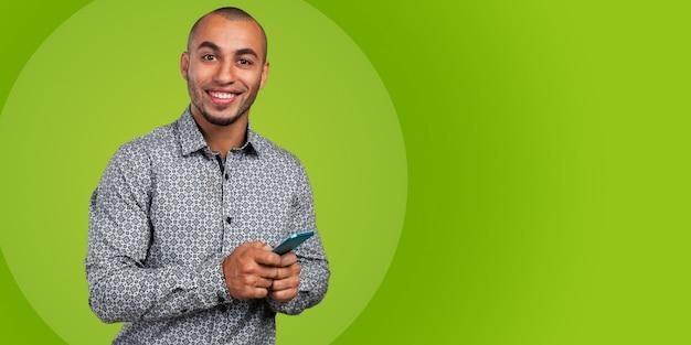 Afro-amerykański człowiek rozmawia przez telefon komórkowy
