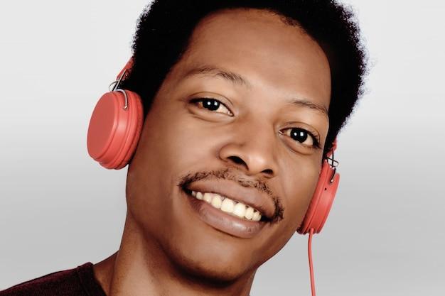 Afro amerykański człowiek słuchania muzyki.