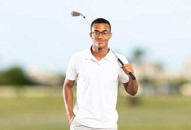 Afro amerykański golfista gracza mężczyzna przy outdoors