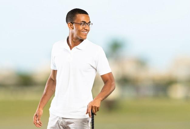 Afro amerykański gracz golfista człowiek na zewnątrz