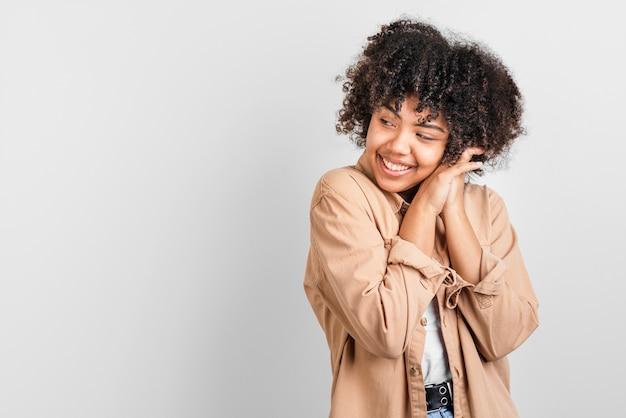 Afro-amerykański kobieta odwracając wzrok
