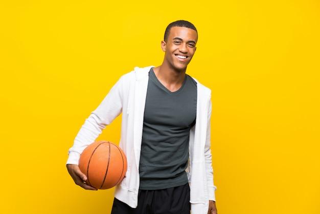 Afro amerykański koszykarz mężczyzna na białym tle żółty