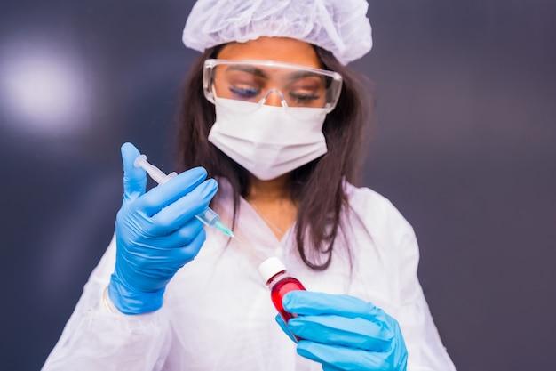 Afro-amerykański lekarz przygotowujący szczepionkę na koronawirusa