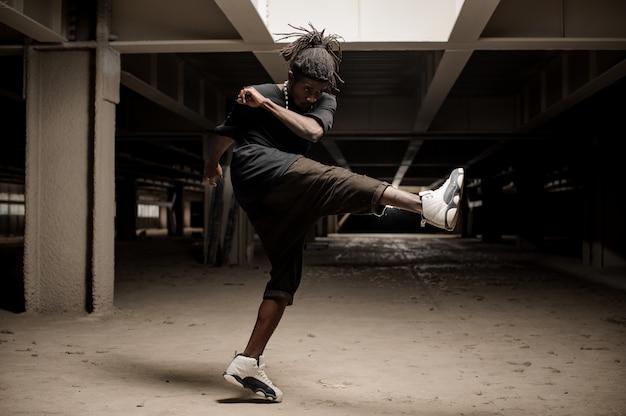 Afro amerykański mężczyzna podnosi nogę w górę