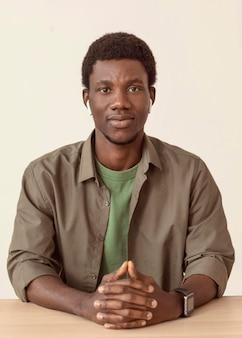 Afro-amerykański mężczyzna ubrany w nowoczesne poduszki powietrzne