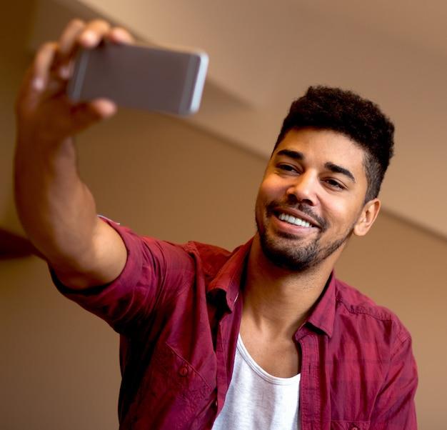 Afro amerykański robi autoportret.