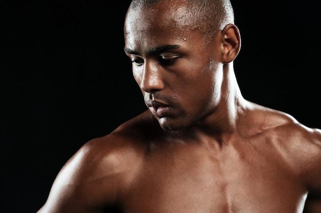 Afro amerykański sportowiec, odpoczynek po treningu