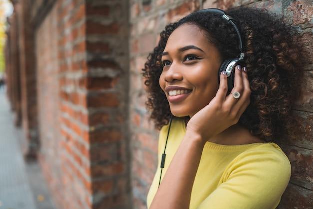 Afro amerykańskiej kobiety słuchająca muzyka