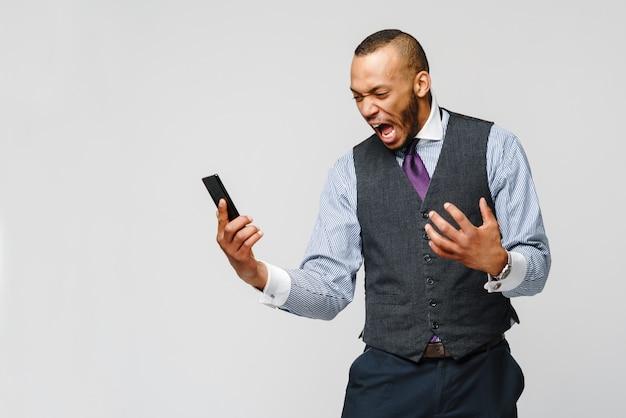 Afro-biznesmen rozmawia przez telefon komórkowy - stres i negatywność.