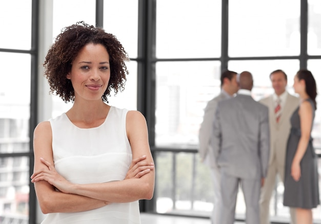 Afro bizneswoman zbroi się z kolegami