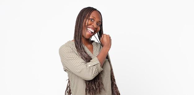 Afro czarna dorosła kobieta czuje się szczęśliwa, pozytywna i odnosząca sukcesy, zmotywowana, gdy staje przed wyzwaniem lub świętuje dobre wyniki