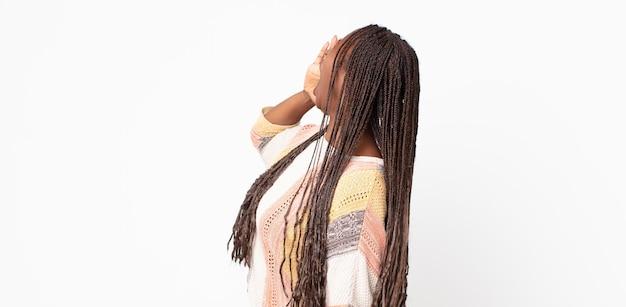 Afro Czarna Dorosła Kobieta Krzycząca Głośno I Ze Złością, Aby Skopiować Miejsce Z Boku, Z Ręką Przy Ustach Premium Zdjęcia