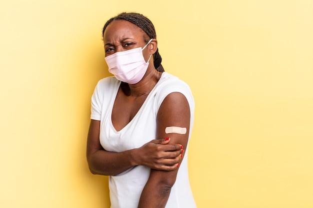 Afro czarna ładna kobieta. koncepcja szczepionki
