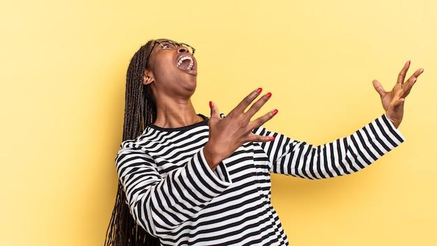 Afro czarna ładna kobieta wykonująca operę lub śpiewająca na koncercie lub pokazie, czująca się romantycznie, artystycznie i namiętnie