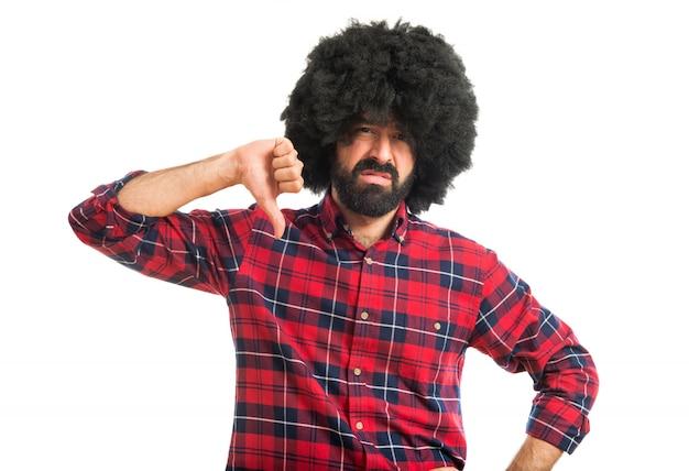 Afro człowiek robi złe sygnału