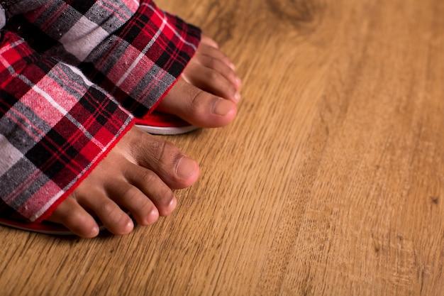 Afro dziecięce stopy w kapciach zbliżenie stóp w kapciach nie chodź boso komfort i łatwość