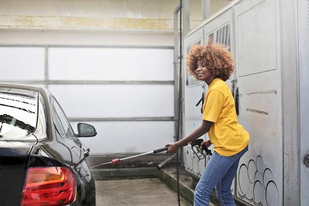 Afro dziewczyna w myjni samochodowej