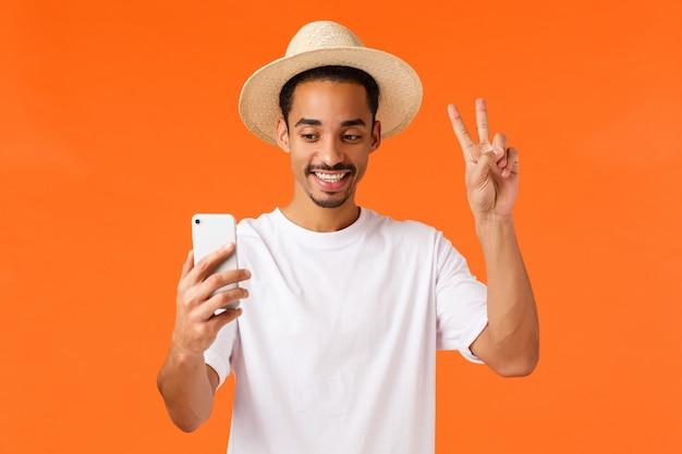 Afro-facet na wakacjach przy selfie