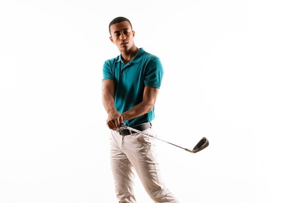Afro golfisty gracza amerykański mężczyzna nad odosobnionym białym tłem