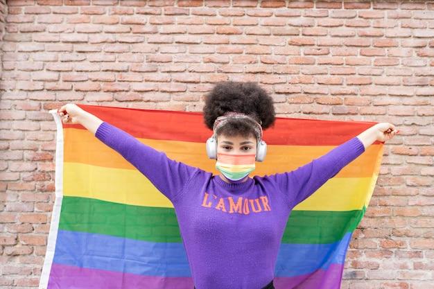 Afro kobieta flaga dumy gejowskiej, maszerująca przez miasto