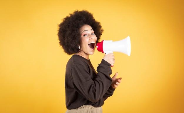 Afro kobieta krzycząca megafonem