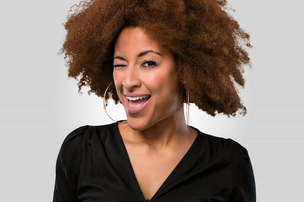 Afro kobieta mruga z okiem, twarzy zbliżenie