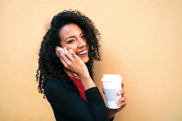 Afro kobieta rozmawia przez telefon rozmawia przez telefon