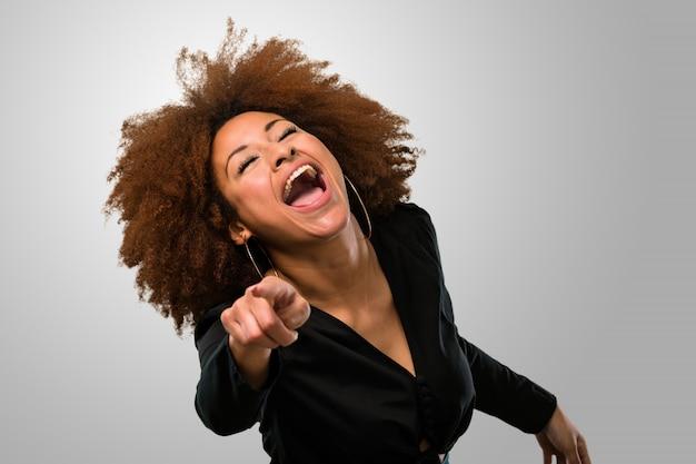 Afro kobieta śmieje się z ciebie