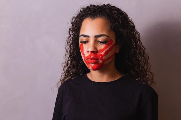 Afro Kobieta Z Odciskiem Dłoni Na Ustach Na Rzecz świadomości Kobiecości. Przemoc Domowa Premium Zdjęcia