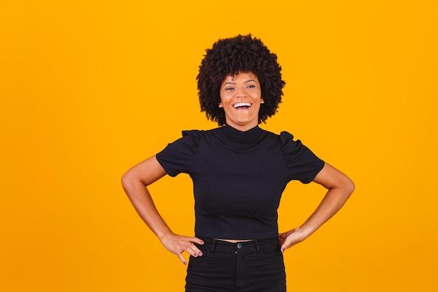 Afro kobieta z uśmiechem blackpower włosów. afro kobieta