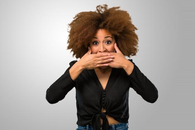 Afro kobieta zakrywa jej usta
