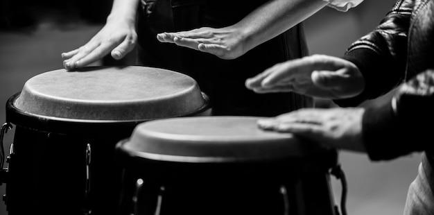 Afro kuba, rum, perkusista, palce, ręka, uderzenie. bęben. ręce muzyk