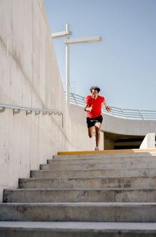 Afro lekkoatletycznego mężczyzna robi ćwiczenia na świeżym powietrzu. pojęcie sportu i zdrowego stylu życia.