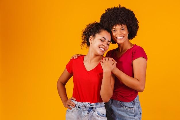 Afro lesbijek para na żółto. para homo-afektywna